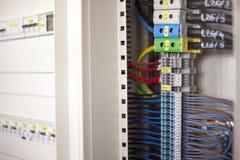 Elektricitet - trådar i en kontrollbord Arkivbild