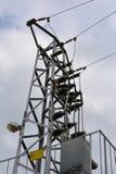 Elektricitetsöverföringspylon mot molnig himmel Arkivbilder