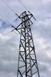 Elektricitetsöverföringspylon mot molnig himmel Royaltyfria Bilder