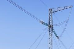 Elektricitetsöverföringspylon silhouetted mot blå himmel Royaltyfria Foton