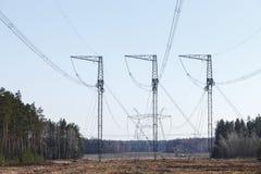 Elektricitetsöverföringspylon silhouetted mot blå himmel Fotografering för Bildbyråer
