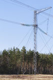 Elektricitetsöverföringspylon silhouetted mot blå himmel Royaltyfria Bilder