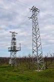 Elektricitetsöverföringspyloner mot molnig himmel Arkivfoton
