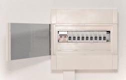 Elektricitetsfördelningsask med dörren på väggen Royaltyfri Bild