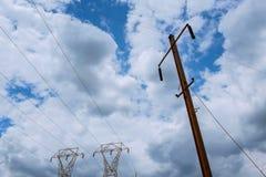 Elektricitetskraftverk på en solnedgång Kick-spänning service moln i himlen - gradera växtfara elkrafter royaltyfri fotografi
