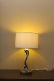 Elektricitetslampa på den wood tabellen Royaltyfri Foto