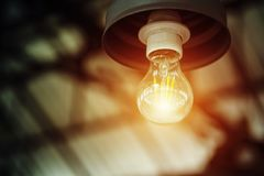 Elektricitetslampa som tänder med utrymme för fri kopia Idé och tänkande begrepp arkivbilder