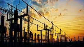 Elektricitetsnätverk på transformatorstationen i soluppgång arkivbilder