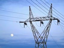 Elektricitetspelare framme av himlen och månen Fotografering för Bildbyråer