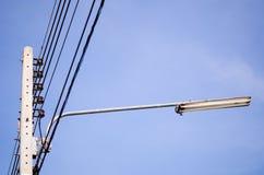 Elektricitetspol och blå himmel Royaltyfria Bilder