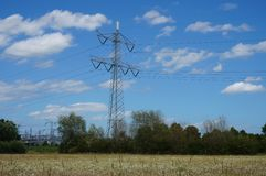 Elektricitetspol och powerstation i natur Royaltyfria Bilder