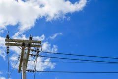Elektricitetspol på blå himmel Arkivbilder