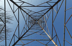 Elektricitetspylon/överföringstorn från under Royaltyfri Bild