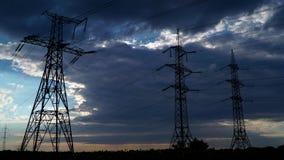Elektricitetspylon med stormig himmel arkivfilmer