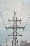 Elektricitetspylon mot himmel Arkivbild