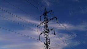 Elektricitetspylon- och molnhimmel lager videofilmer