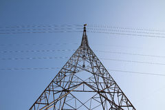 Elektricitetspylon på blå himmel Royaltyfria Bilder