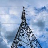 Elektricitetspylon på blå himmel Royaltyfria Foton