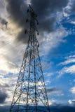 Elektricitetspylon på blå himmel Arkivfoto