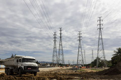 Elektricitetspyloner - infrastrukturarbeten Royaltyfria Bilder