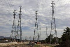Elektricitetspyloner - infrastrukturarbeten Arkivbild