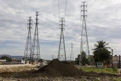 Elektricitetspyloner - infrastrukturarbeten Fotografering för Bildbyråer