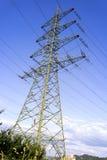 Elektricitetspyloner med elektriska trådar och blå himmel Royaltyfria Bilder