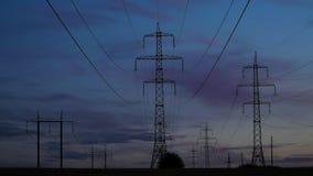 Elektricitetspyloner och aftonhimlen stock video