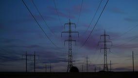 Elektricitetspyloner och aftonhimlen lager videofilmer