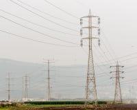 Elektricitetspyloner och linjer Arkivbild