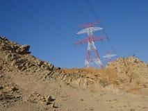 Elektricitetspyloner och sand - Ras al Khaimah, Förenade Arabemiraten Arkivfoto