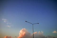 Elektricitetspyloner på himlen med moln i aftonen Royaltyfria Foton