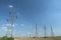 Elektricitetspylons och fodrar Arkivfoton