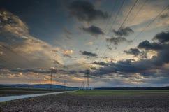 Elektricitetspylons och fodrar Arkivfoto