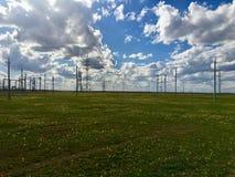 Elektricitetsstation i rysk stäpp med molnig himmel royaltyfria bilder