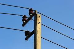 Elektricitetsstolpe i himmel Arkivbild