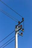 Elektricitetsstolpe med blå himmel Royaltyfri Fotografi