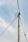 Elektricitetsstolpe med klar blå himmel Royaltyfri Foto