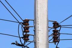 Elektricitetsstolpe med linjen kabel Arkivfoto