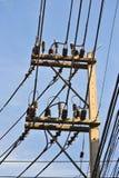 Elektricitetsstolpe- och himmelbakgrund Arkivfoton