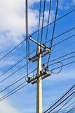 Elektricitetsstolpe- och himmelbakgrund Arkivfoto