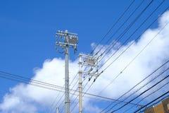 Elektricitetssystem för bruk i stad av Japan med molnet och blått royaltyfri foto