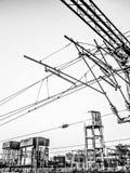 Elektricitetstillförsellinjer och gammal vattenbehållare Arkivbilder