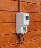 Elektricitetstillförselmeter på träväggen Fotografering för Bildbyråer