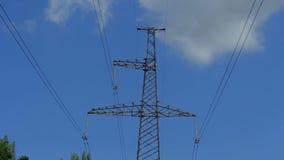 Elektricitetstorn av metall med trådar mot himlen stock video
