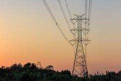 Elektricitetstorn och elektrisk linje Arkivfoton