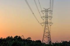 Elektricitetstorn och elektrisk linje Arkivfoto