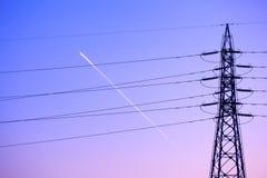 Elektricitetstorn och linjer på solnedgången, Japan Arkivbild