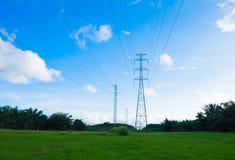 Elektricitetstorn på grässlätten Arkivfoto