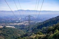 Elektricitetstorn på södra San Francisco Bay område, San Jose på bakgrunden, Kalifornien royaltyfria foton